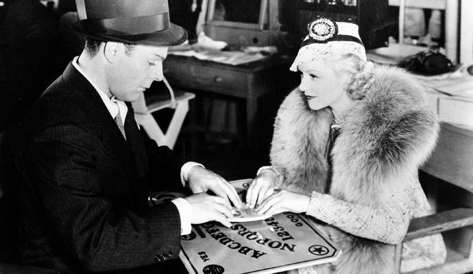 Brian Donlevy y Claire Trevor jugando ouija
