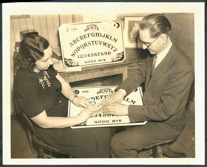 William Fuld jugando ouija
