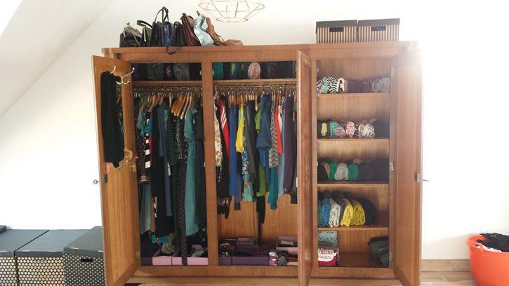 armario abierto con ropa
