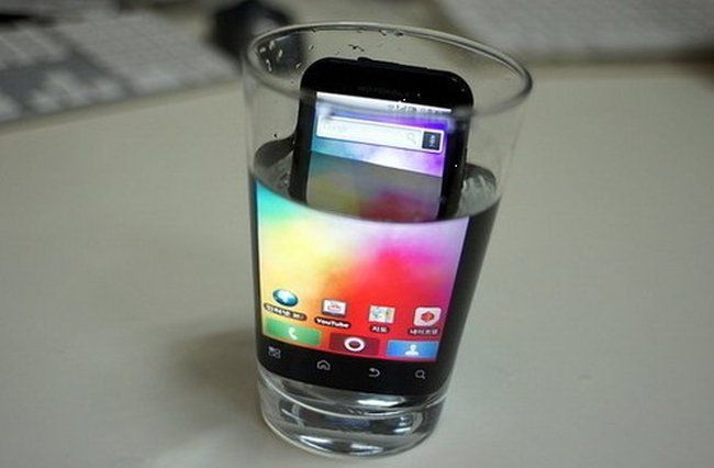 celular en vaso con agua