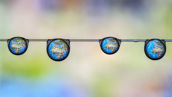 gotas de agua ideanticas colgando reflejo mapa