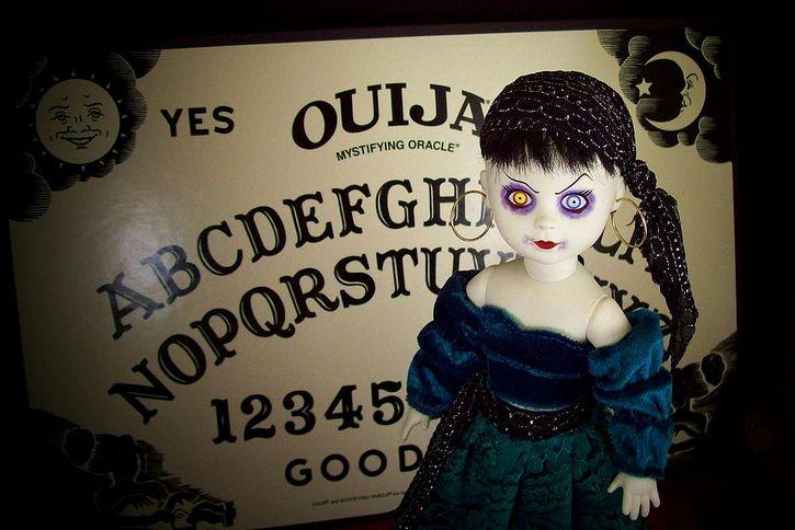 muñeca diabolica fondo tablero ouija