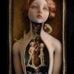 Muñecas que guardan un mundo sombrío en su interior