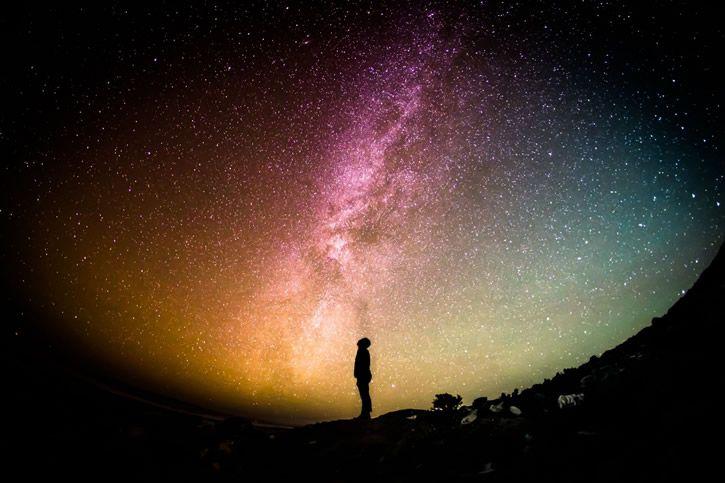 silueta observando el cielo nocturno