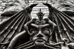 demonio tapando la vista hombre