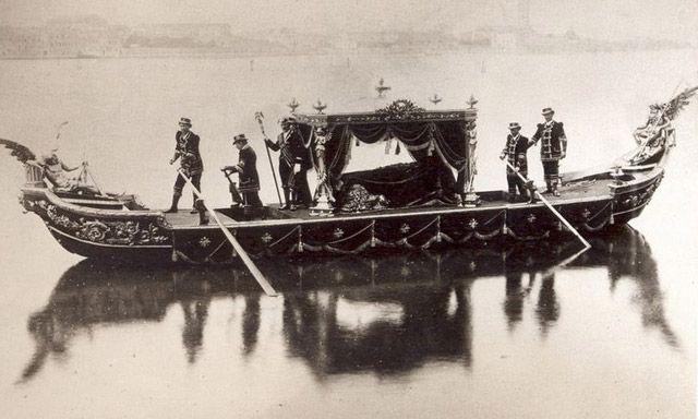 gondola funeraria en venecia