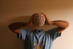 hombre sosteniendo cabeza