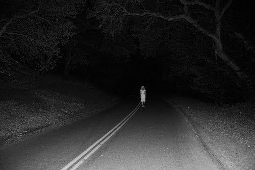 mujer en la carretera terror