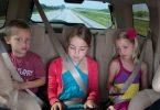 niños jugando en el asiento trasero