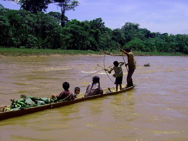 pueblo tsimane pescado con arco
