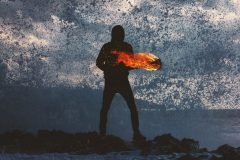 silueta bajo lluvia y fuego