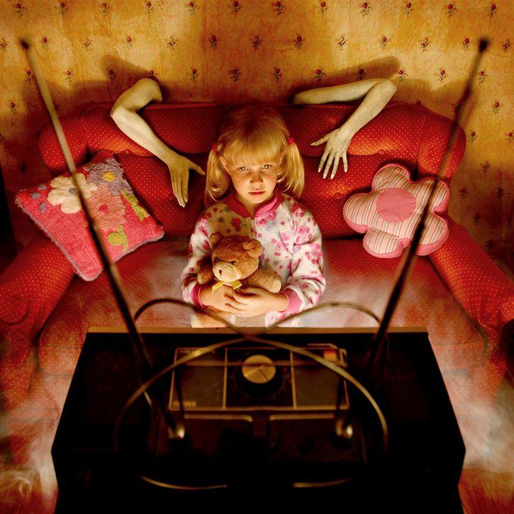 sueños de terror nina viendo tv