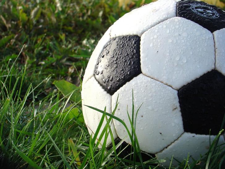 balon de futbol en el cesped