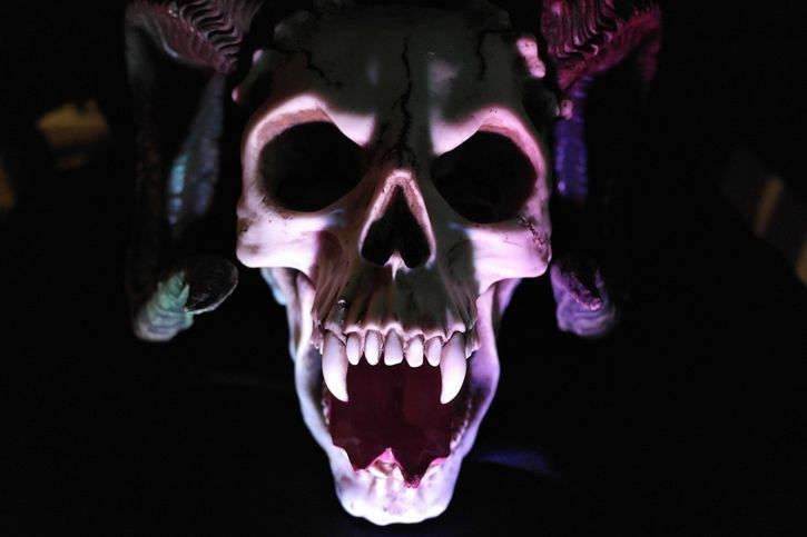 craneo iluminado vampiro demonio