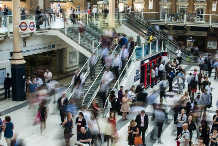 escaleras electricas centro comercial hora pico