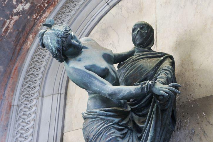 estatua de la muerte en cementerio