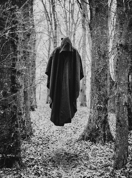 hombre flotando bosque misterio