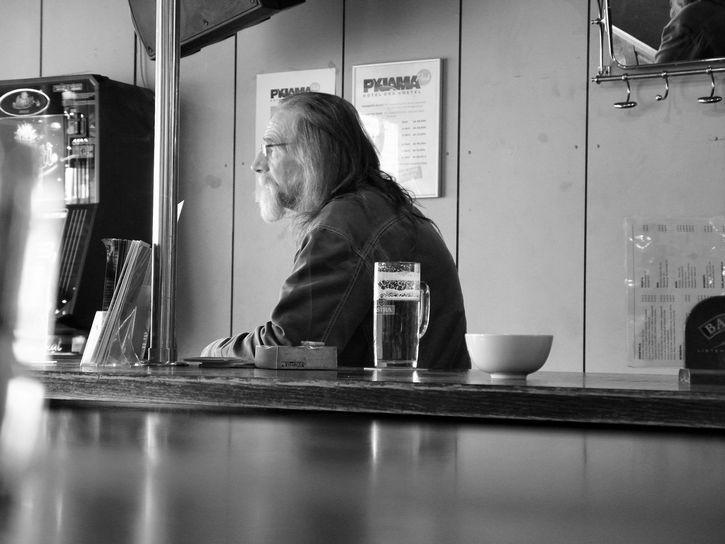 hombre solo en restaurante