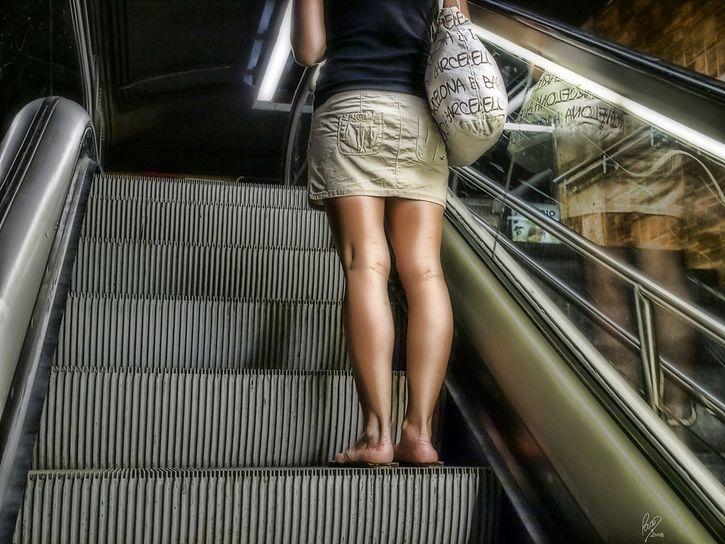 joven mujer escaleras electricas