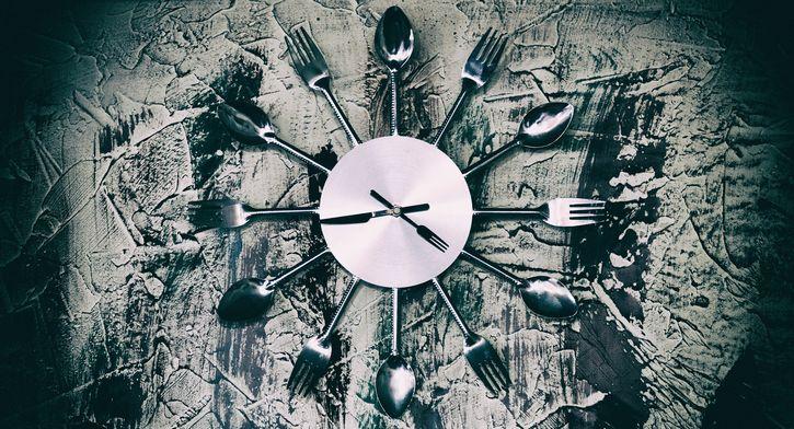 reloj con utensilios de cocina