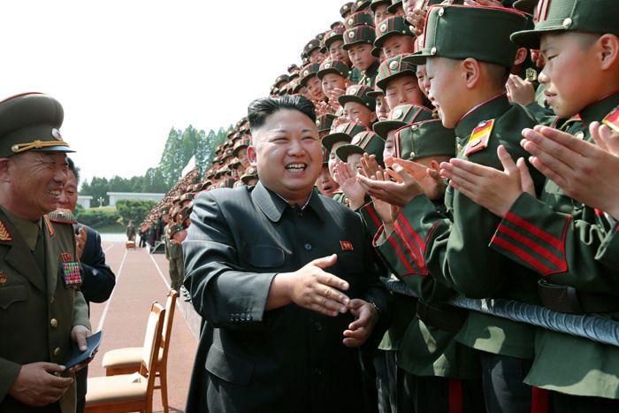Kim Jong un saludando a soldados coreanos