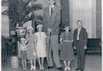 Robert Wadlow posando junto a su familia