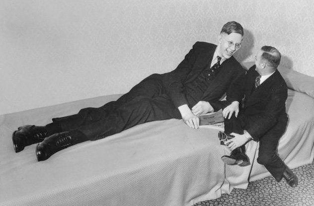 Robert Wadlow sentado en la cama