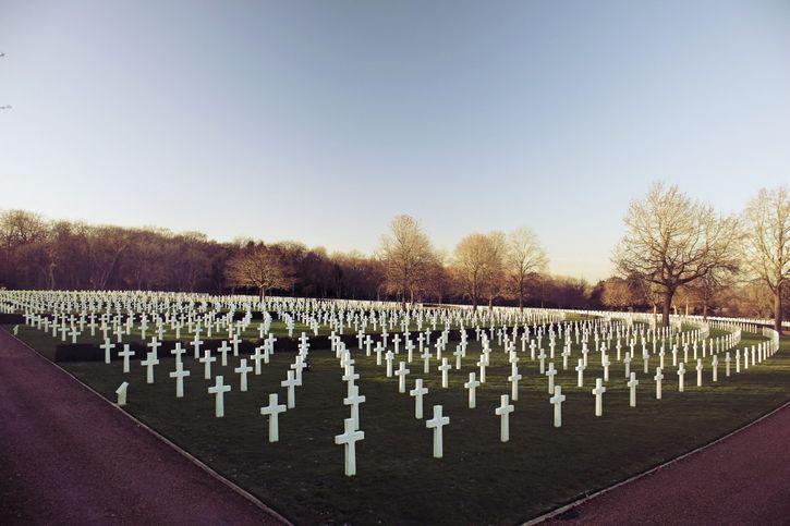 cementerio lleno de cruces blancas