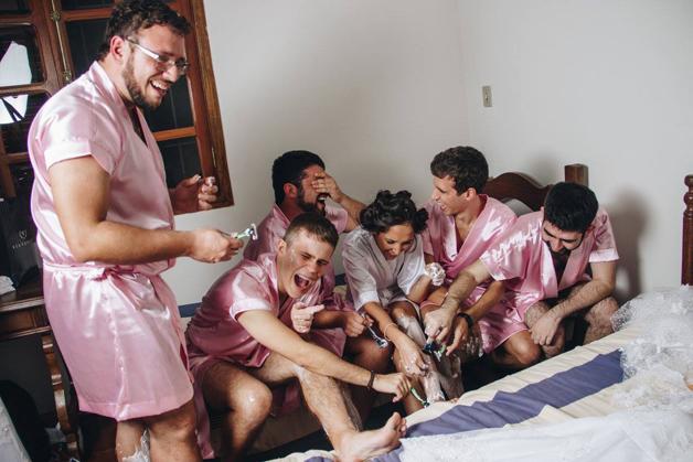 mujer dia de su boda amigos hombres (10)