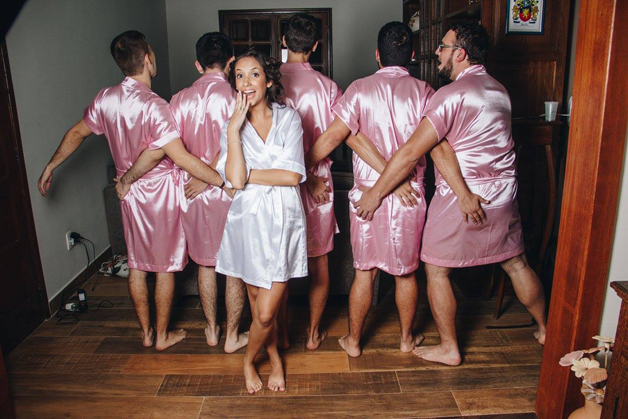 mujer dia de su boda amigos hombres (11)