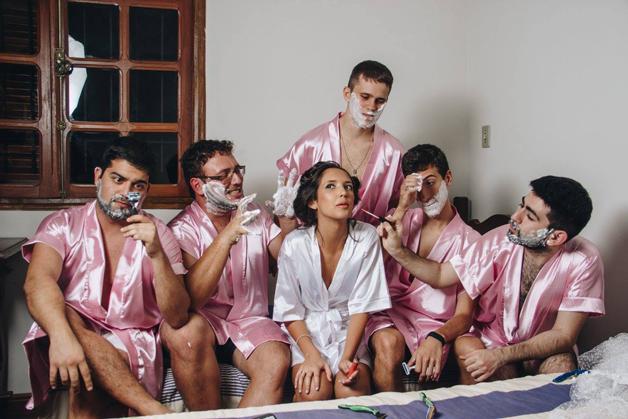 mujer dia de su boda amigos hombres (13)