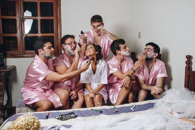 mujer dia de su boda amigos hombres (15)