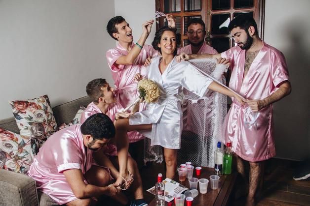 mujer dia de su boda amigos hombres (17)
