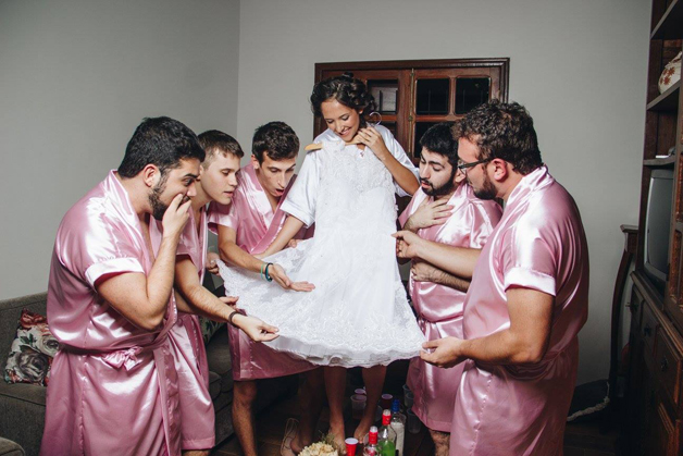 mujer dia de su boda amigos hombres (4)