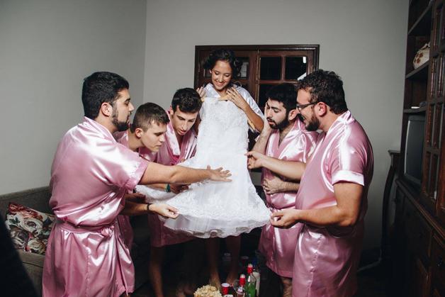 mujer dia de su boda amigos hombres (6)