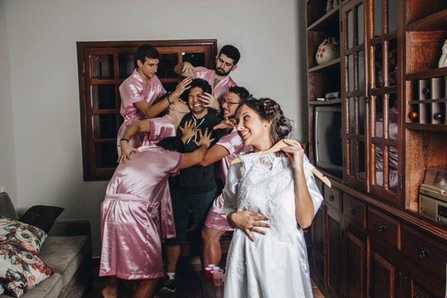 mujer dia de su boda amigos hombres (7)