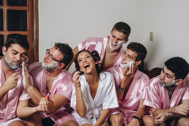 mujer dia de su boda amigos hombres (8)