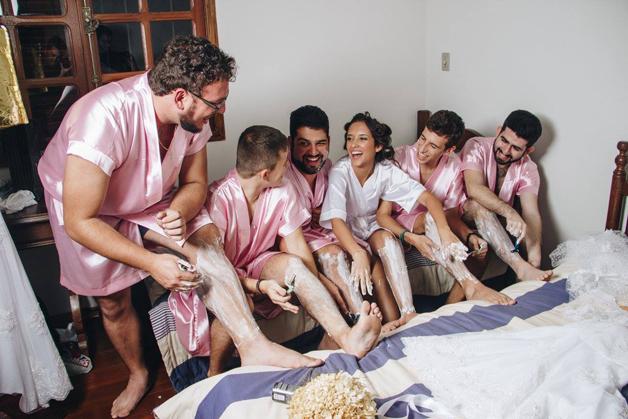 mujer dia de su boda amigos hombres (9)
