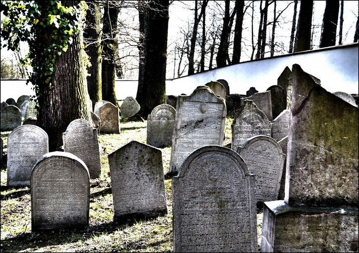 viejas lapidas en un cementerio
