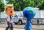 Trump botarga persiguiendo planeta tierra