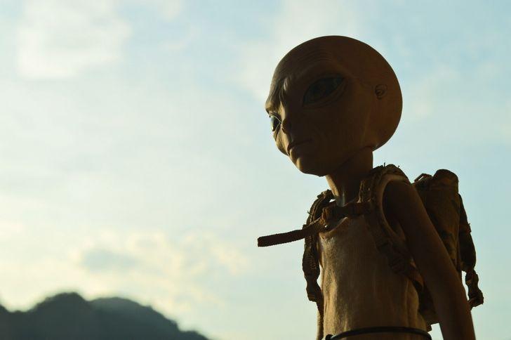 alien con una mochila