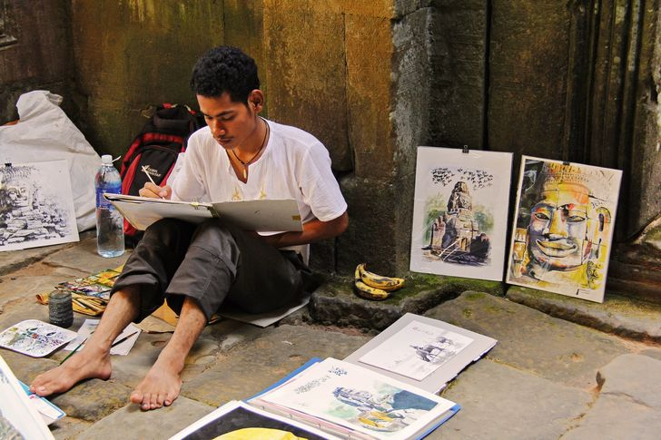 artista pintando en la calle