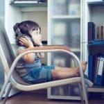 bebe escuchando musica silla