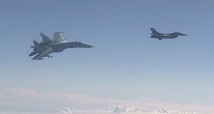 caza de la OTAN vs caza escolta ruso
