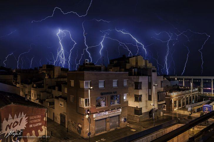 ciudad durante una tormenta electrica