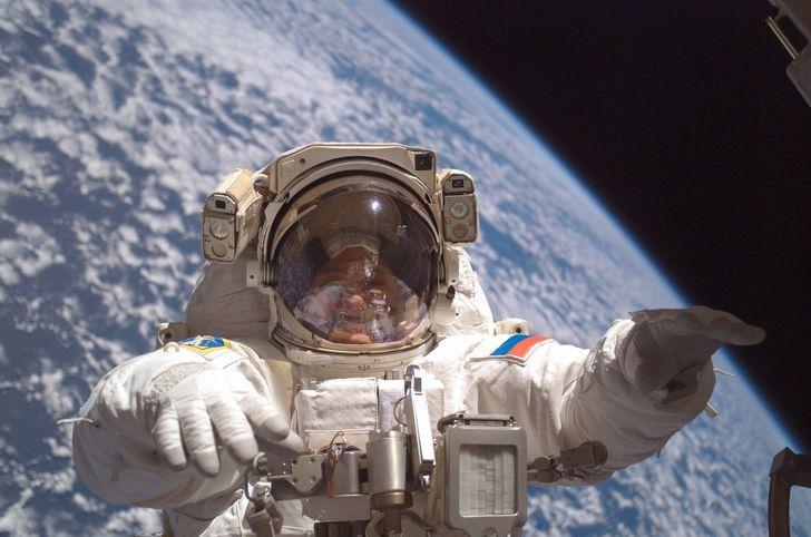 cosmonauta en caminata espacial