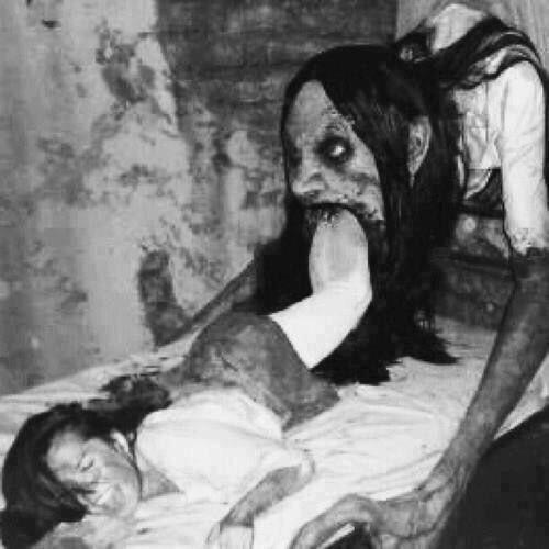 monstruo tragando mujer