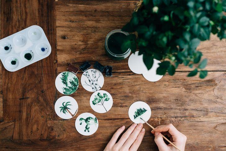 mujer haciendo pinturas creativas en una mesa