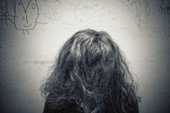 persona pelo en la carra