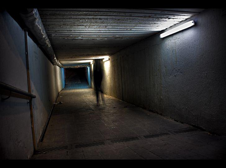 sombra en un pasillo oscuro